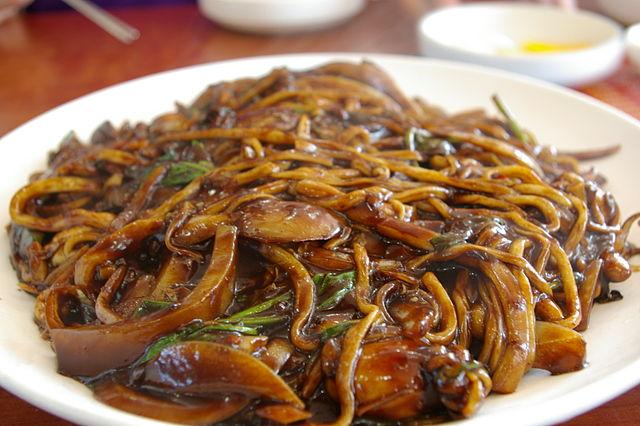 640px_Korean_black_bean_noodle_dish_Jaengban_Jajangmyeon_01