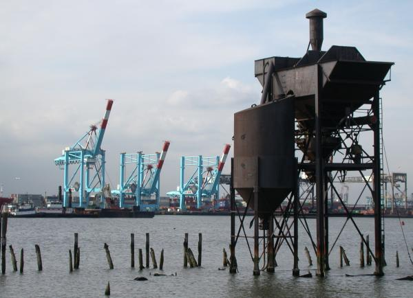 Container_port_facilities_in_Newark_Bay
