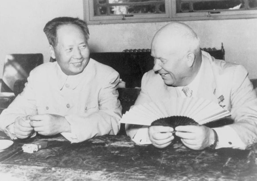 Mao_Tsé-toung,_portrait_en_buste,_assis,_faisant_face_à_Nikita_Khrouchtchev,_pendant_la_visite_du_chef_russe_1958_à_Pékin
