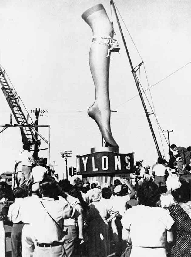 Imagen de un espectacular con forma de pierna promocionando medias de Nylon